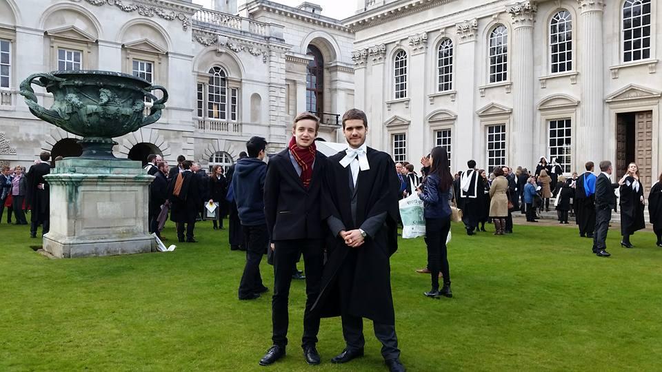 Yo (derecha) junto a mi primo (izquierda) el día de mi graduación en Cambridge. Un día lleno de recuerdos maravillosos junto a mi familia.