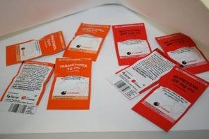 Viajar a través del aeropuerto en avión y medicamentos que se pueden llevar como ibuprofeno o paracetamol