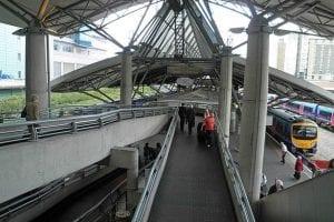 Ir al aeropuerto de Manchester en tren desde el centro