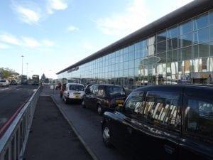 Ir del aeropuerto de Liverpool al centro en transporte público