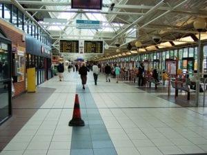 Aeropuerto de Leeds Bradford, Inglaterra,Reino Unido(Leeds-Bradford InternationalAirport) traslado en Uber, autobús y alquiler de coches