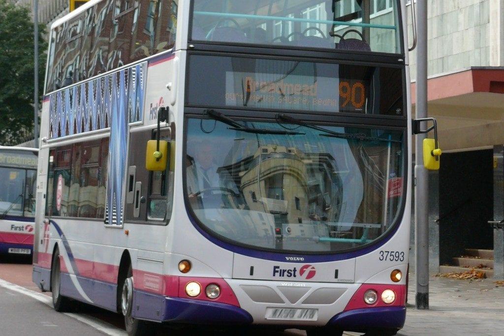 autobús bristol ir a la universidad en la ciudad de bristol reino unido