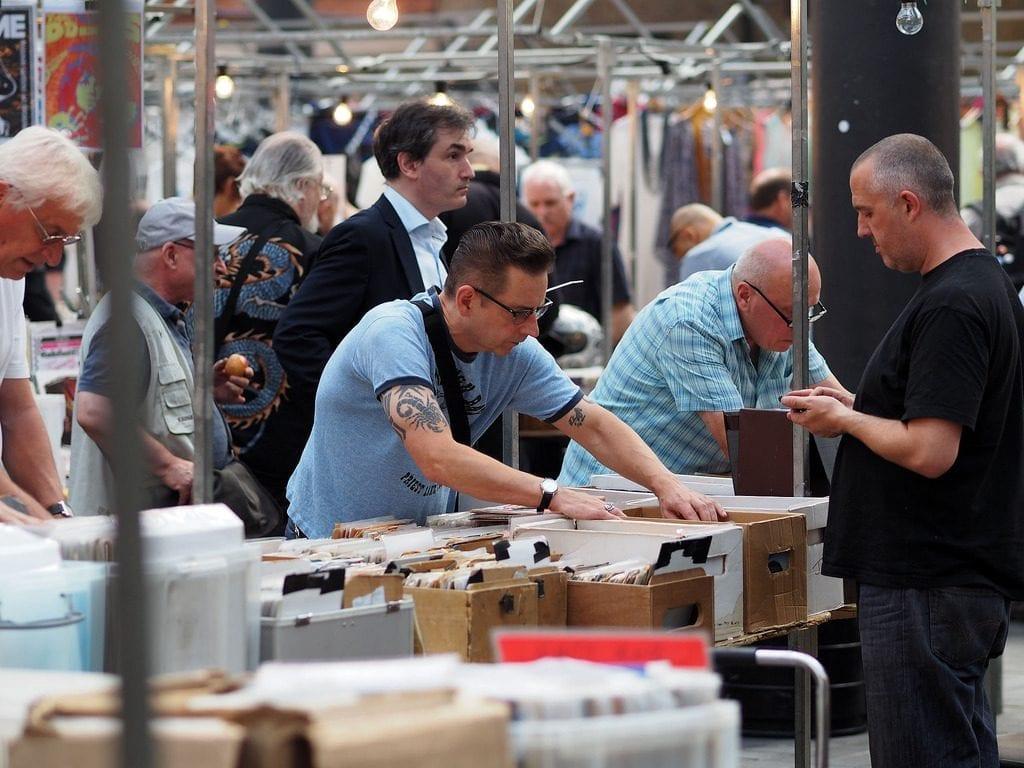 compradores en el mercadillo Old Spitalfields Market, cerca de Brick Lane