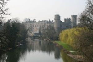 vista del Castillo de Warwick desde el lago, Reino Unido