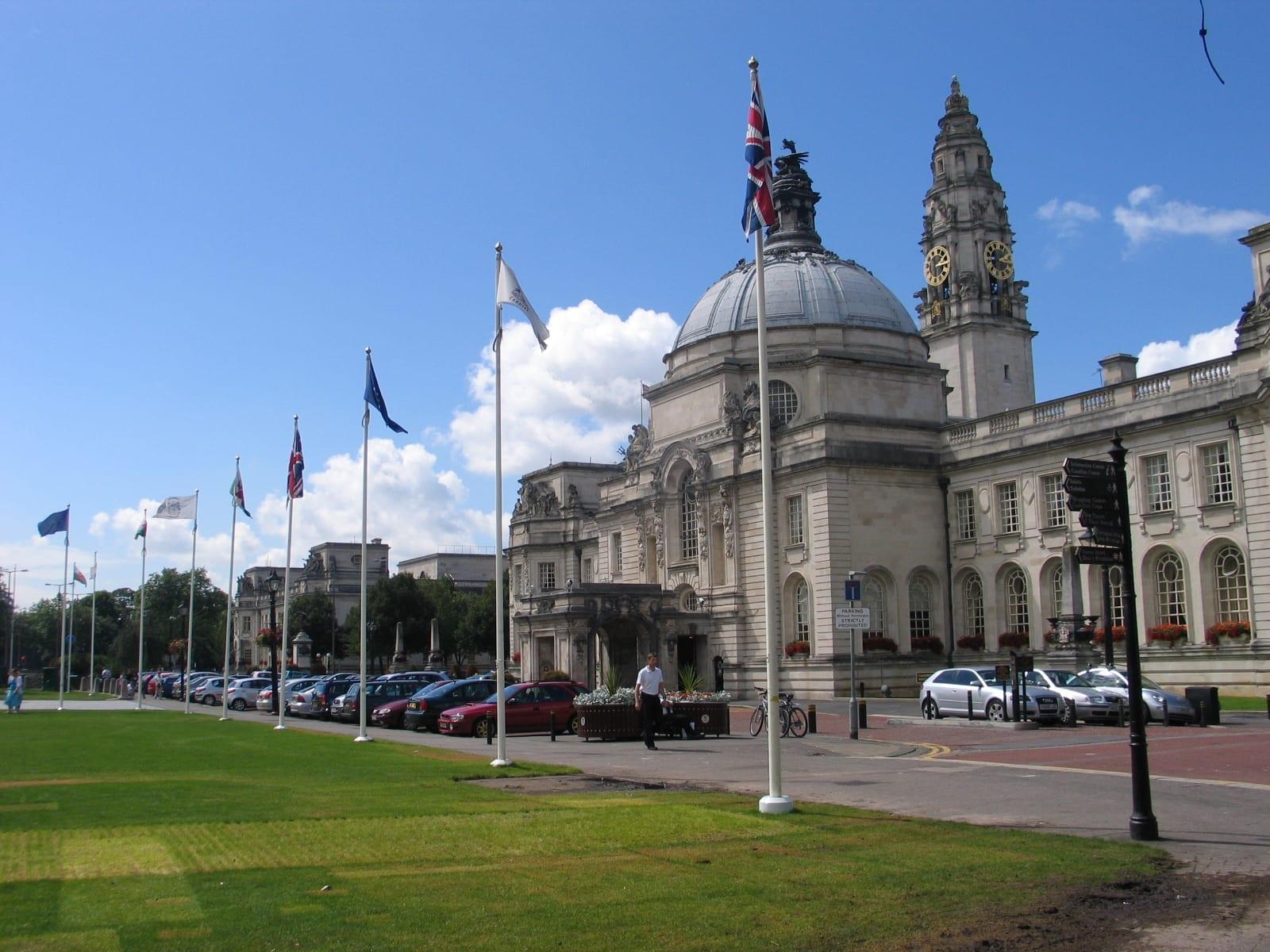 Cardiff City Hall una ciudad con empleo perteneciente a Gales para buscar trabajo