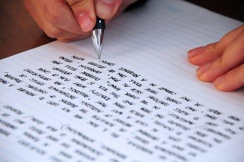 persona escribiendo ejercicios c1 advanced en ingles