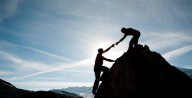 jóvenes ayudándose, pronombres recíprocos