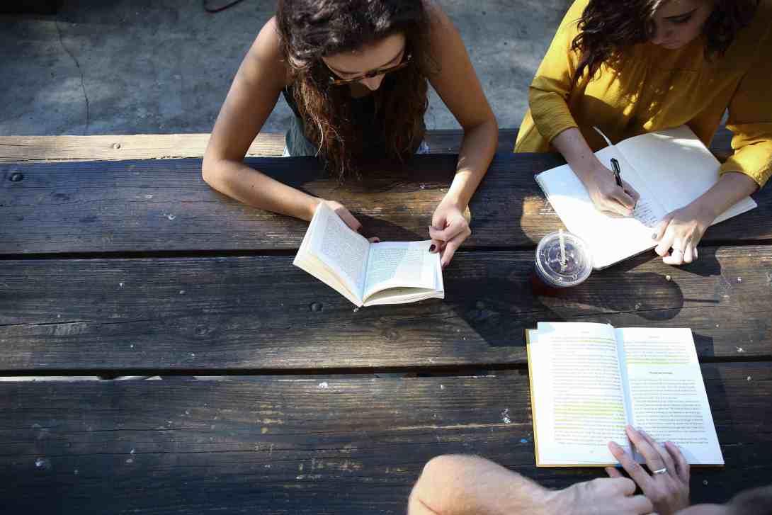 personas estudiando para writing c1