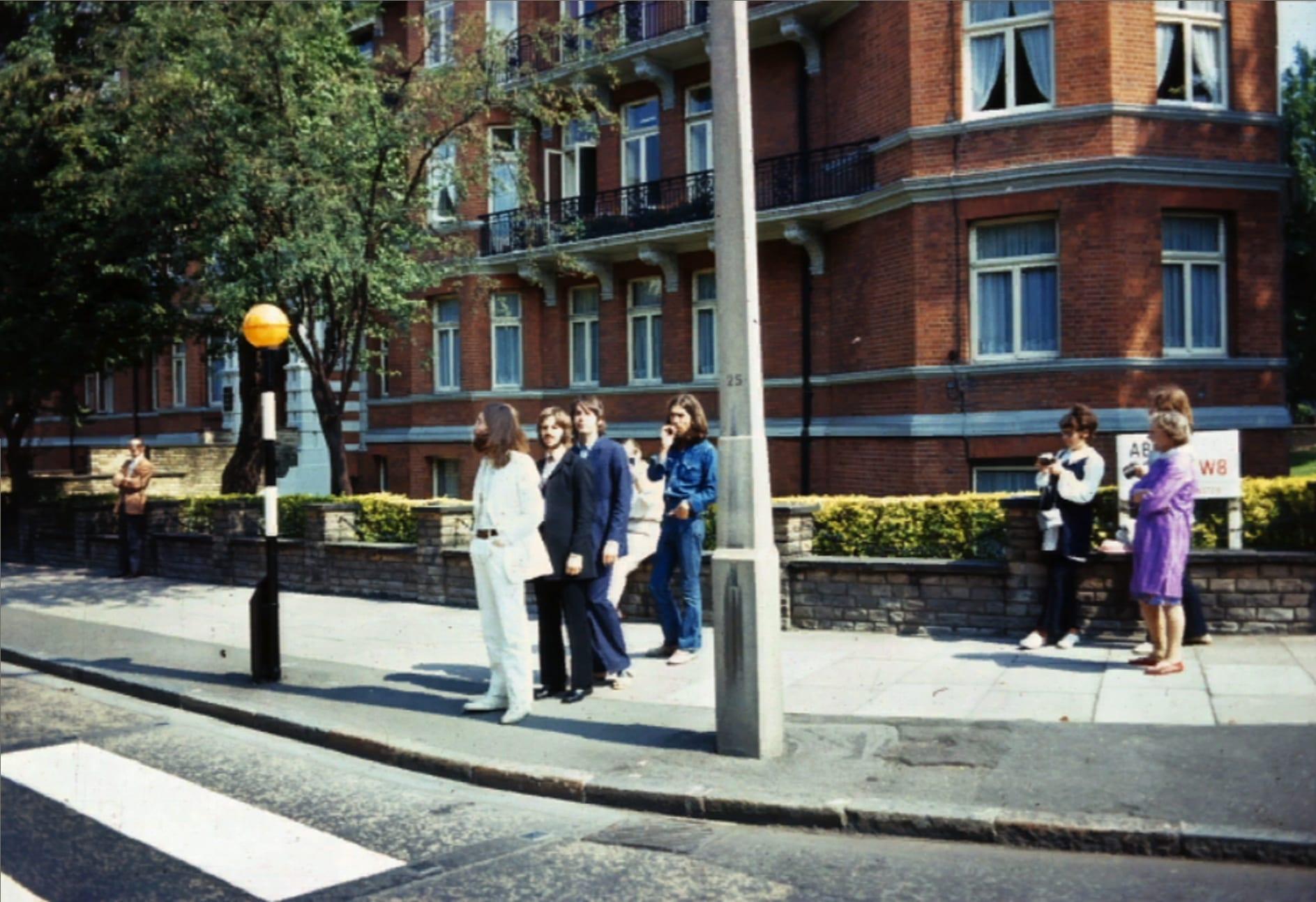 abbey road y los beatles esperando en el paso de cebra o paso peatonal