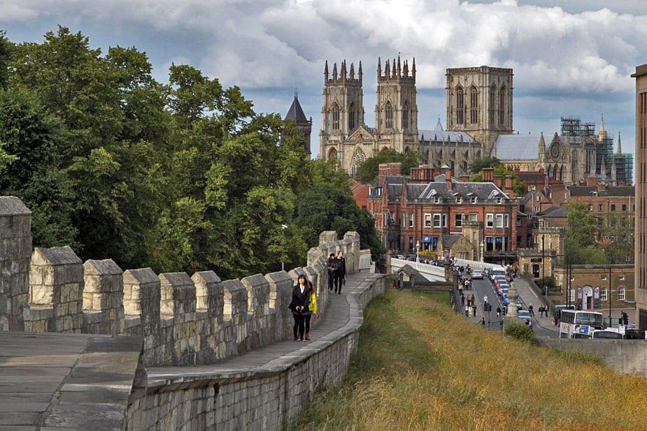 murallas medievales y catedral gótica de york
