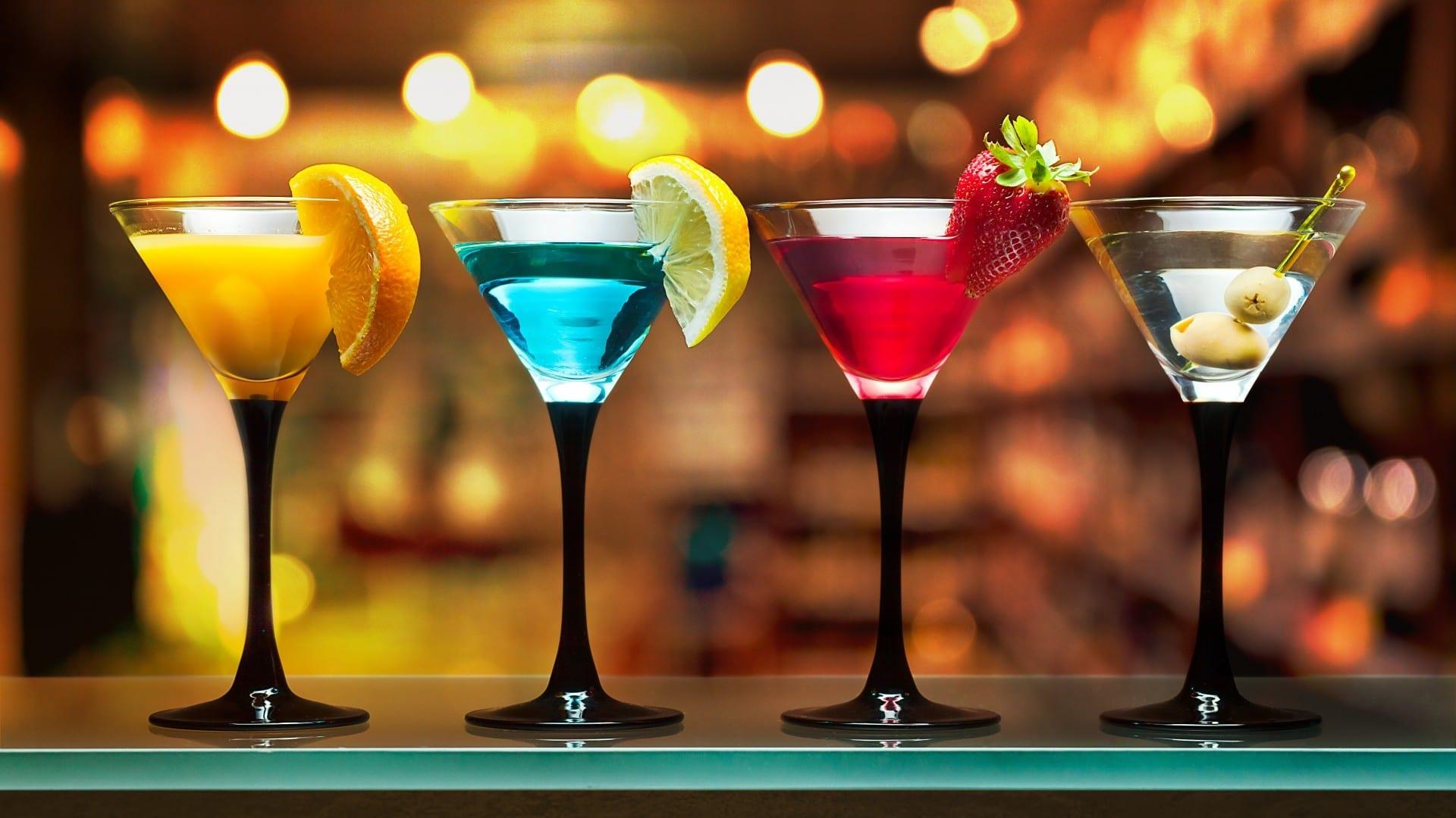mesa con diferentes bebidas en ingles