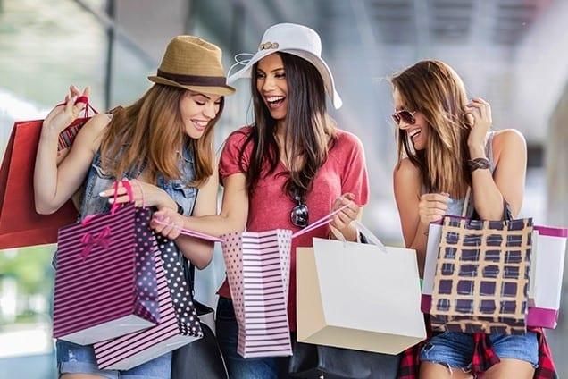 mujeres de compras usando vocabulario en ingles