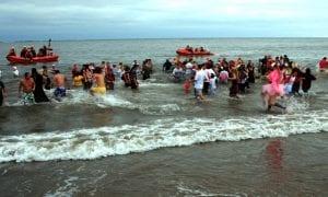 Nadar en el mar en el Boxing Day y jugar a fútbol es tradición