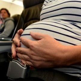 Viaje a Londres embaraza en avión