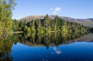 Lago que refleja el paisaje
