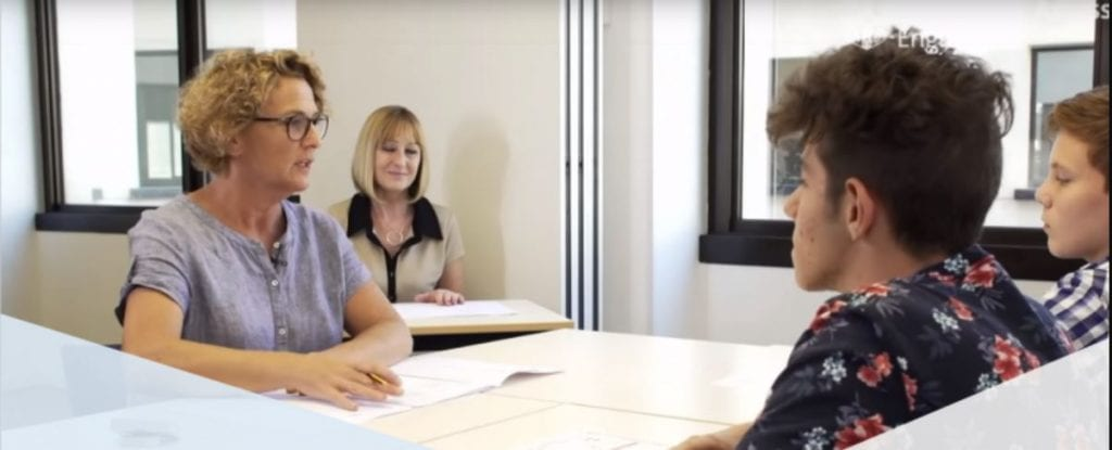 La prueba oral de Cambridge hace con otro candidato del examen y dos examinadores.